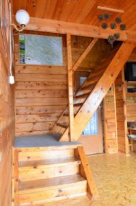 schody salon możliwością spania dwóch (wersalka) lub trzech (fotel) osób www.solinadomek solina domek wynajem