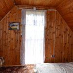 sypialnia górna dwie osoby podwójny materac, dwa fotele, stolik, taras widokowy na Solinę oraz góry solina domek wynajem