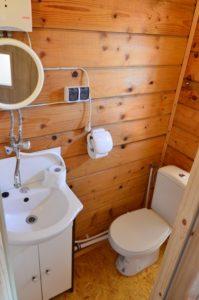 toaleta z łazienka i prysznicem. Wejście pod prysznic również z tarasu. W upalny dzień przetestowane -) solinadomek.pl solina domek wynajem